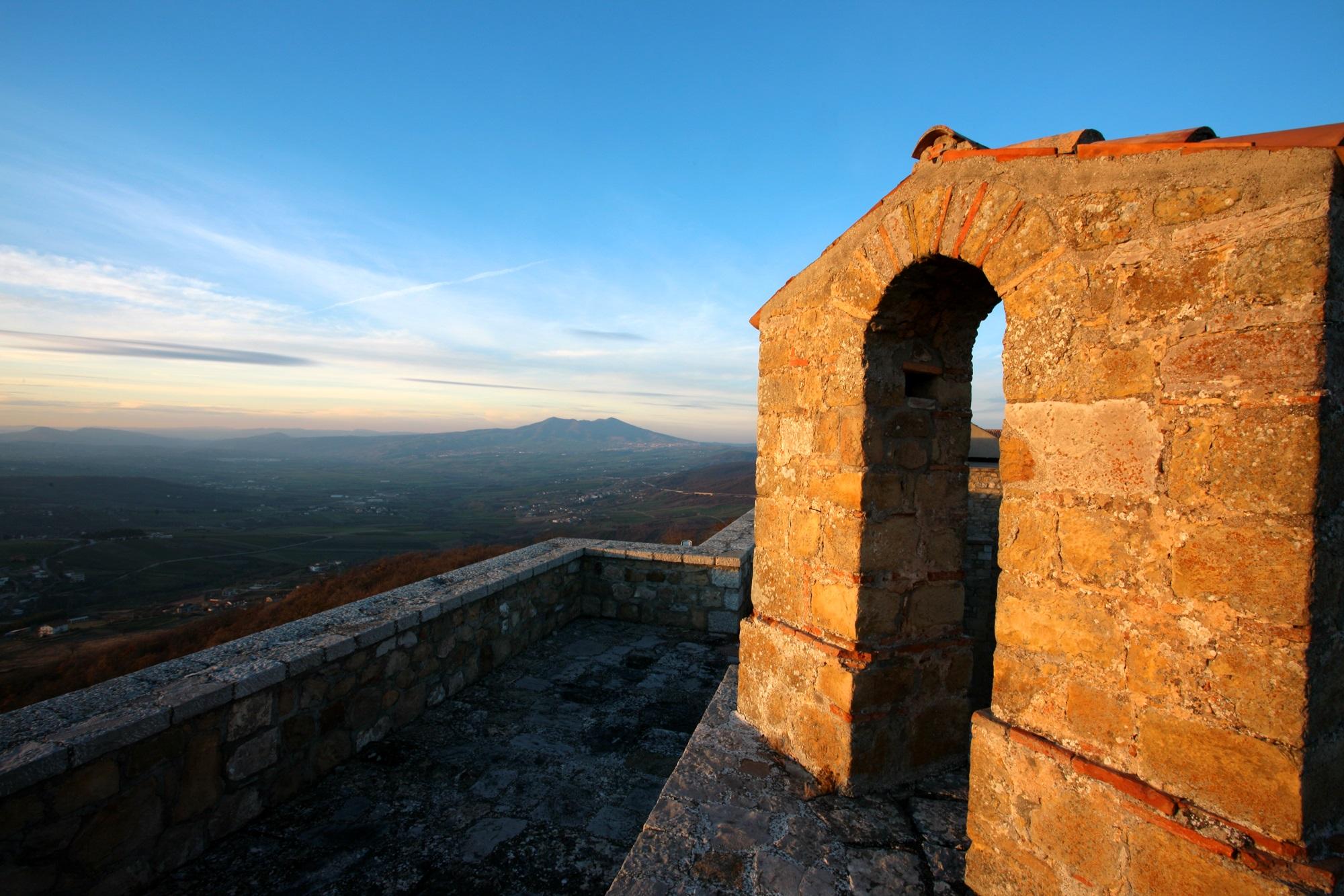 Veduta-Monte-Vulture-da-Castel-Lagopesole